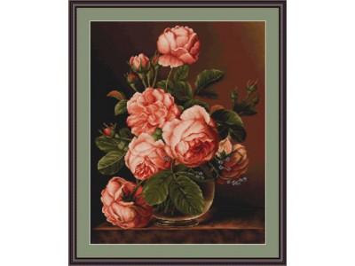 Рози в стъклена ваза